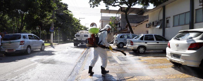 Higienização de ruas e até de corrimãos é adotada por prefeituras
