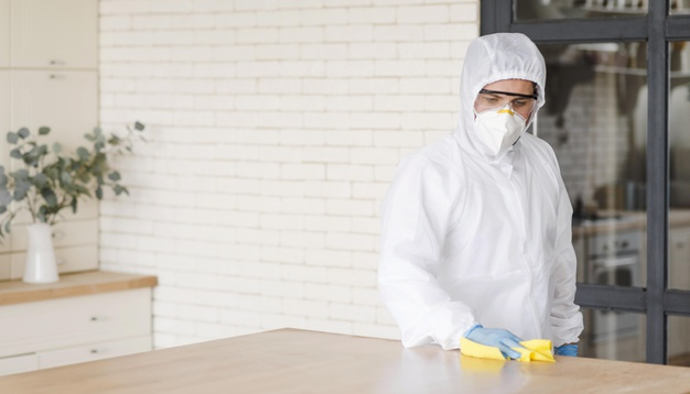 Como a eficácia de um produto desinfetante é avaliada?