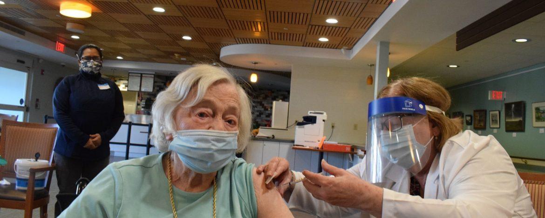 Mulher de 105 anos que viveu pandemia de Gripe Espanhola é vacinada contra Covid-19